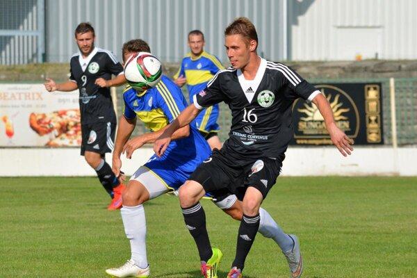 Na snímke sú obaja strelci gólov (v čiernom) - vpravo s č. 16 Tamás Bíró, vľavo vzadu Tamás Tóth.