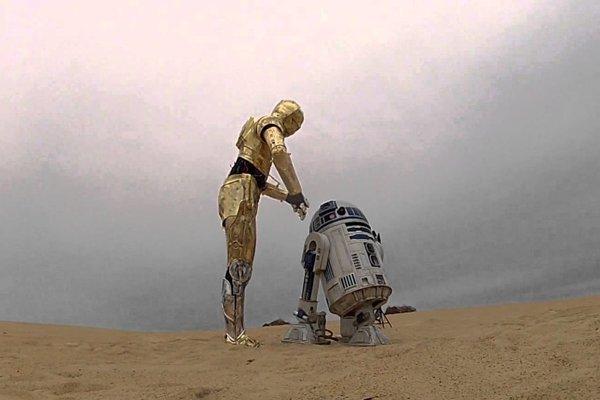 Roboti C-3PO a R2-D2 (vpravo) v Star Wars.