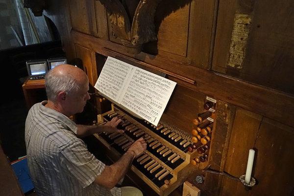Francúzsky organista chce spoznať naše mestá a dedinky.