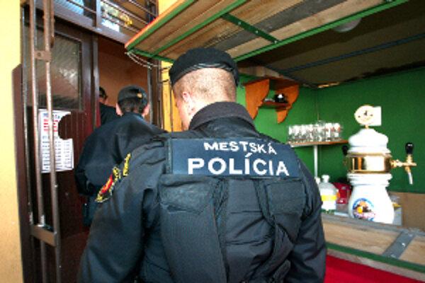 Mestskí policajti cez prázdniny budú robiť kontroly aj v krčmách.