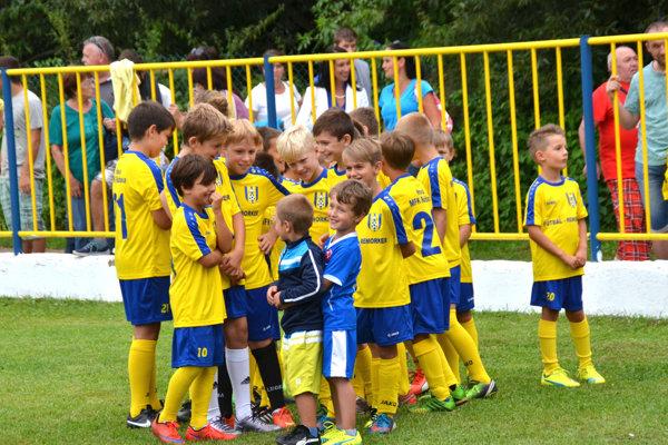 Malí futbalisti. Na stretnutie Slovnaft cupu so Žilinou sa tešili aj najmenší futbalisti MFK Rožňava.