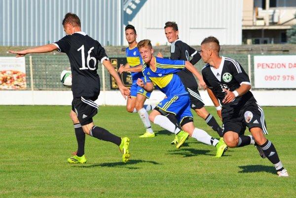 Futbalisti Veľkého Medera (v čiernom) v prvom domácom zápase sezóny porazili tím ViOn B Vráble 2:0.