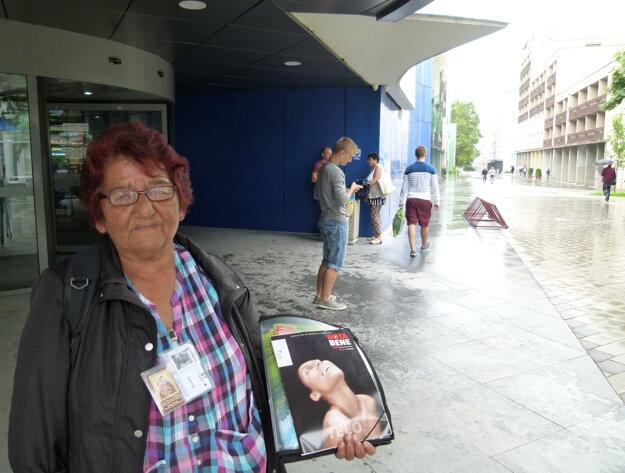 Pani Helena je jednou z troch oficiálnych predajcov časopisu Nota bene v Leviciach.