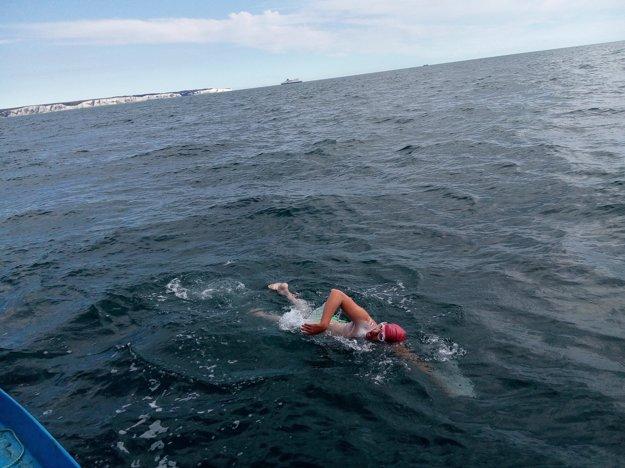 Voda v sezóne má šestnásť až sedemnásť stupňov, sktorými sa musí plavec vysporiadať.