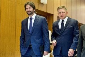 Minister Kaliňák a premiér Fico prichádzajú na rokovanie vlády.