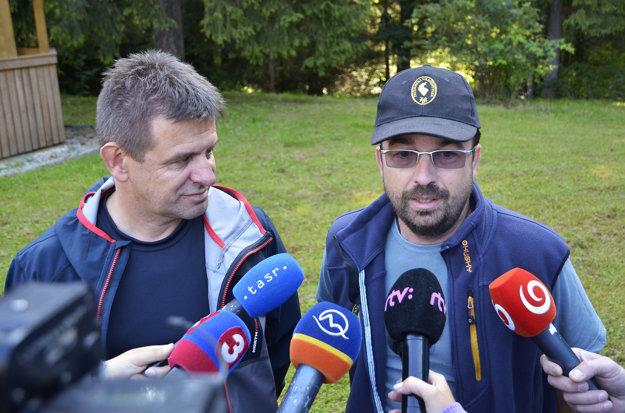 Riaditeľ Správy TANAP Pavol Majko a minister životného prostredia László Sólymos. Počas tlačového brífingu o riešení aktuálnej situácie s medveďmi v Tatrách.
