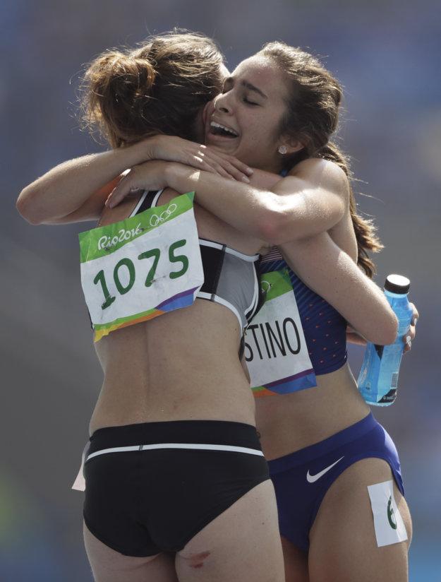 Súperky sa vďaka kolízii stali priateľkami.Hamblinová (od chrbta) zranenej Američanke držala place.