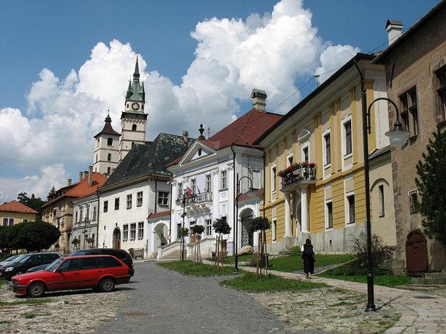Kremnica. Horná časť Štefánikovho námestia.