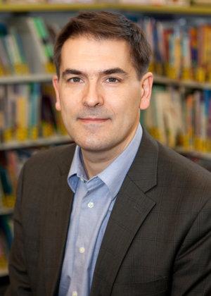 Kevin Deegan-Krause je profesorom politických vied na prestížnej americkej Waynovej univerzite v štáte Michigan. Dlhodobo sa venuje aj slovenskej či celoeurópskej politike. V súčasnosti robí rozsiahly výskum o šírení populizmu.