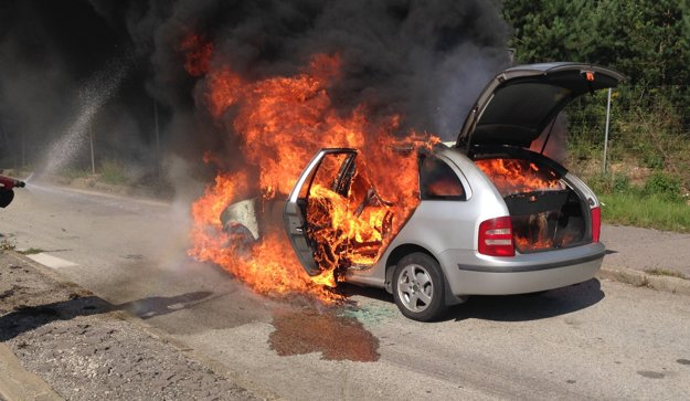 Obrovské plamene šľahali z auta.