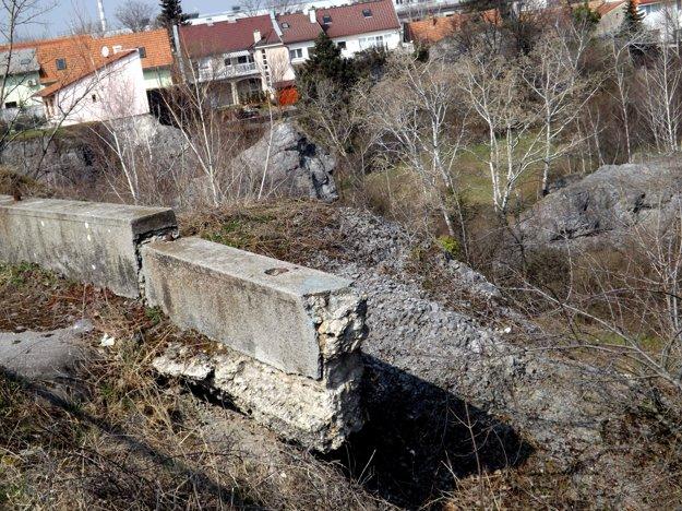 Dom Martišovcov (vľavo) na archívnej snímke zo zimy, keď baňa ešte nebola zelená.