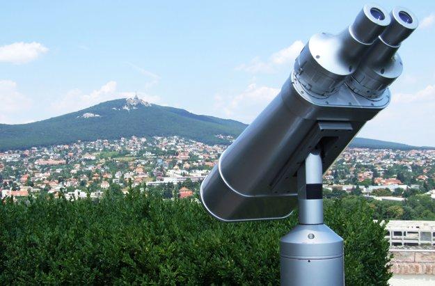 Vyhliadkový ďalekohľad – binokulár je umiestnený od roku 2015 aj v záhrade na Nitrianskom hrade.