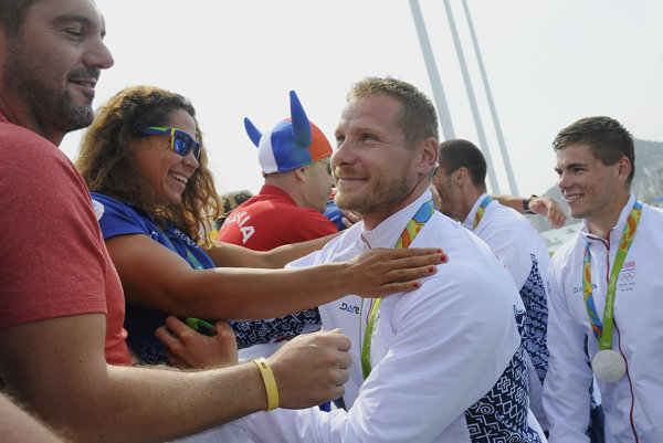 Erik Vlček (v strede) bude slovenským vlajkonosičom pri záverečnom olympijskom ceremoniáli.