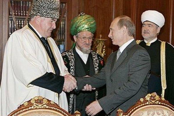 Mufti Berdiev, zástanca ženskej obriezky, sa teší autorite u ruského prezidenta Putina.