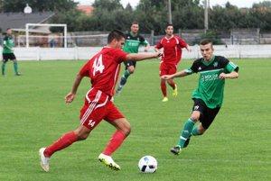 V popredí domáci Vladimir Advigov (v červenom) a Gergő Gulyás z Nových Zámkov. Obaja sa v zápase zapísali do streleckej listiny.