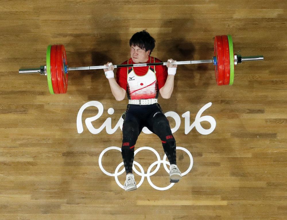 Vzpieranie, muži do 62 kg, Japonec Josuke Nakajama pod činkou.