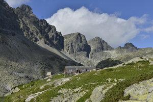 Na Zbojníckej chate vo Veľkej Studenej doline vo Vysokých Tatrách sa v auguste prerába elektroinštalácia.