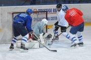 Hokejisti HK Poprad budú na Tatranskom pohári domácim tímom. Na snímke sa počas tréningu pripravujú na novú sezónu.