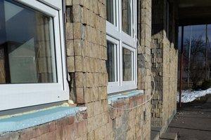 Vandali vytĺkli staré okná, povylamovali špeciálny tvrdený polystyrén, na ktorý mali položiť parapety.