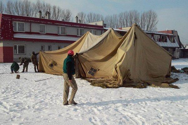 Stan postavila armáda, aby uchránila ľudí bez domova pred mrazmi.