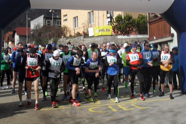 Štart mužov na pätnásťkilometrovú trať. Tradičné bežecké preteky boli sympatickým vykročením aj do novej edície Liptovskej bežeckej ligy.