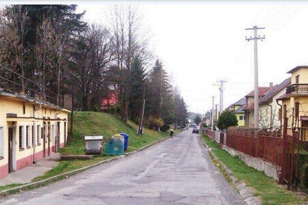 Poškodený asfalt má vplyvom dopravy zničené aj podložie.