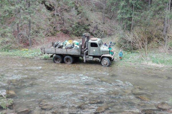 Odpad odvážalo niekoľko nákladných áut.