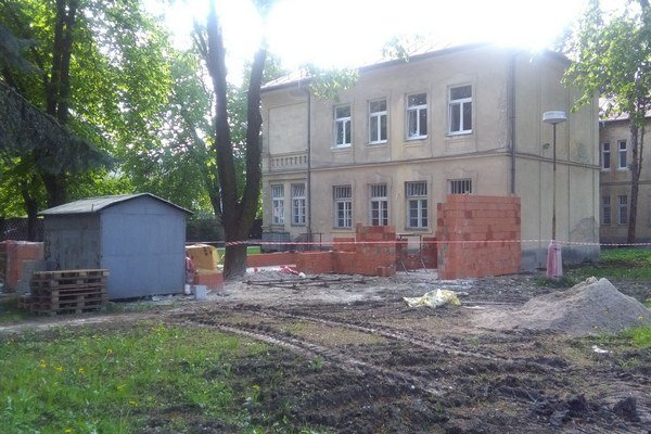 V areáli nemocnice prebiehajú stavebné práce. Ožarovač bude v nových priestoroch.