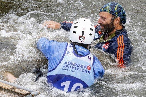 Slovenský reprezentant Tomáš Kučera (vľavo) atréner Stanislav Gejdoš sa tešia zvíťazstva vkategórii C2 muži po finálovej jazde.