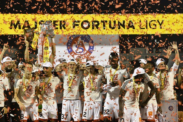 Majster Fortuna ligy z Trenčína. Ružomberčania sa z republikového titulu tešili v sezóne 2005/2006 práve po víťazstve s Trenčínom.