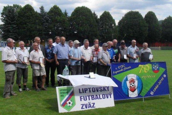Ocenení činovníci spolu so zástupcami obce Liptovské Sliače, futbalového klubu1. OFC ahosťami.