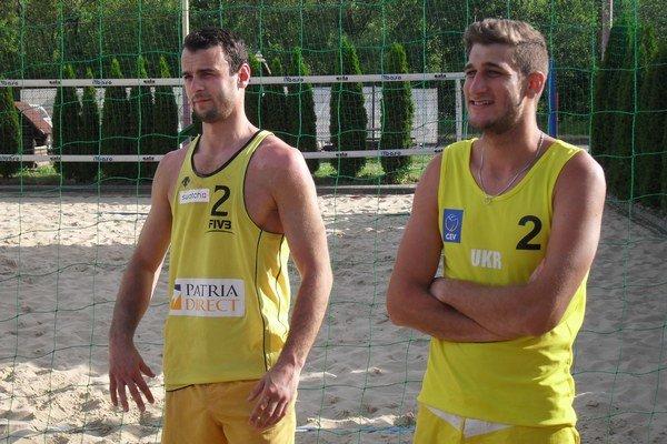 Víťaznú trofej si ukrajinsko-slovenský pár Ruslan Baranov – Karol Dubovec.