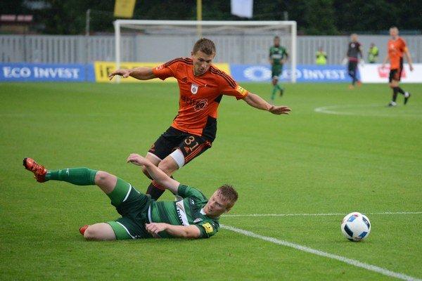 Miloš Lačný zMFK Ružomberok (hore) aJán Dzurík z1. FC Tatran Prešov (dole) počas zápasu 1. kola jesennej časti.