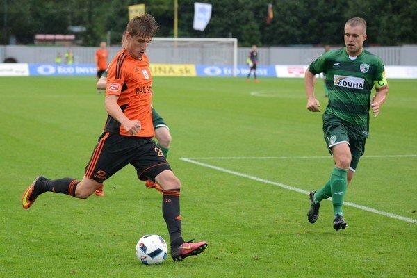 Martin Chrien zMFK Ružomberok (vľavo) pohotovo zasunul loptu za chrbát domáceho brankára avyrovnal.