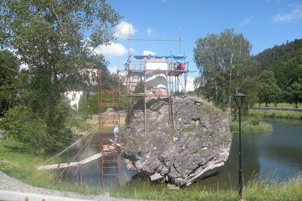 Reštaurovanie kaplnky svätého Jána Nepomuckého na brale v hradnom jazierku.
