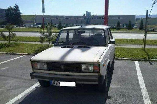 Starší automobil parkuje pred panelákom už niekoľko týždňov. Podľa kontroly cez internet nemá platnú STK ani EK.