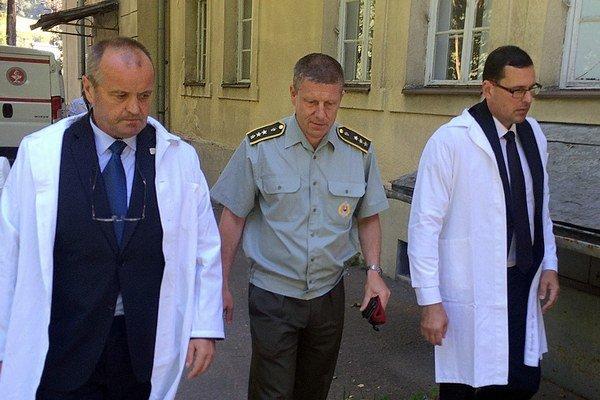 Armádnych pacientov navštívil aj minister obrany Peter Gajdoš (vľavo).