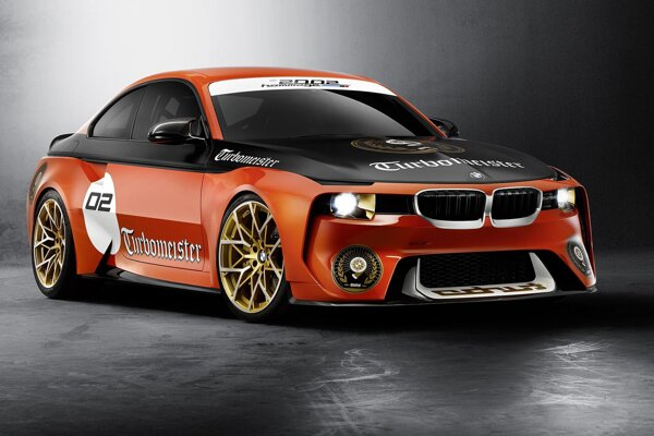 Štúdia BMW 2002 Hommage. V kalifornskom Pebble Beach predstavená štúdia je akousi zhmotnenou spomienkou na model 2002 turbo, ktorý mal premiéru na frankfurtskom autosalóne v roku 1973.