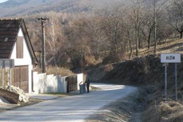 Incident, pri ktorom neznámy muž údajne lákal do auta dievča, sa mal odohrať v malej dedinke Dlžín.