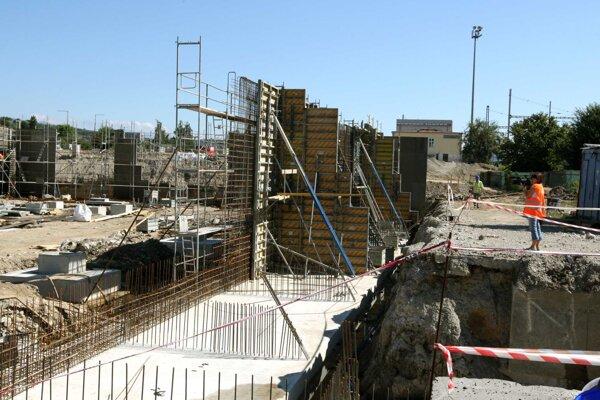 Po vyriešení problému so spodnou vodou bežia zas práce na stavbe naplno, termín dokončenia by sa odsunúť nemal.