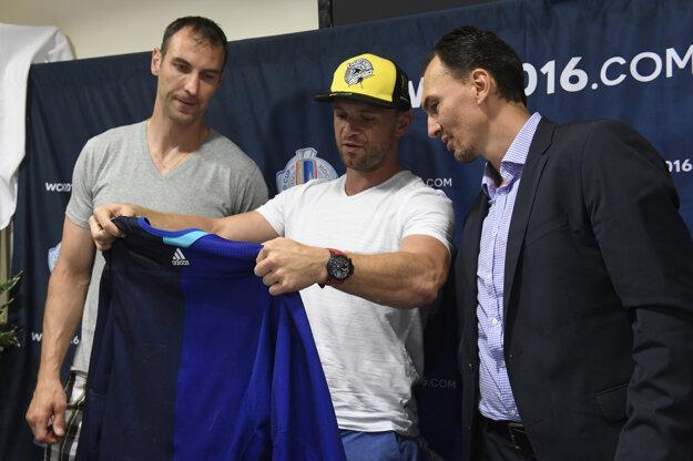 Miroslav Šatan (vpravo) predstavuje s Mariánom Gáboríkom (v strede) a Zdenom Chárom dres tímu Európy pre Svetový pohár.