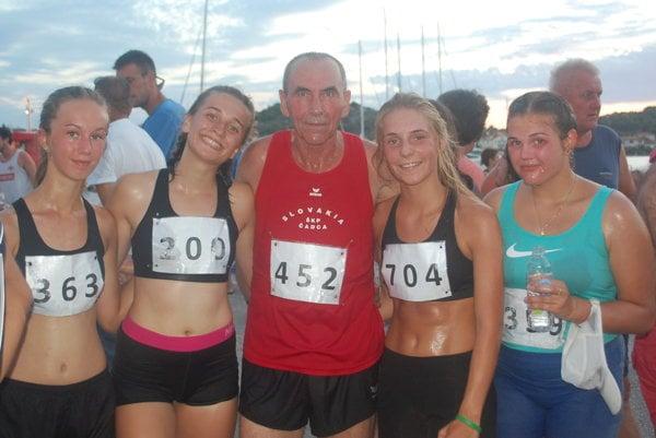 Dievčatá s trénerom Jozefom Majeríkom.