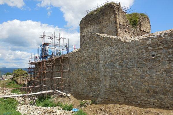 Čiastočne zrekonštruovaná. Severná stena obvodovej hradby horného hradu.