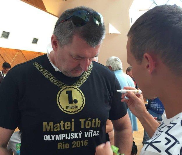 Matej Tóth podpísal Jánovi Garajovi zlaté tričko.
