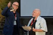 Ocenenie za celoživotné dielo odovzdal riaditeľ festivalu Ján Fakla hercovi Mariánovi Labudovi.