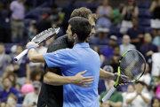 Novak Djokovič sa po víťaznom zápase objíma s Jerzym Janowiczom.