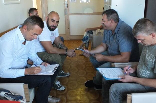 Primátor Trebišova Marek Čižmár (prvý zľava) vypĺňa vstupný dotazník.