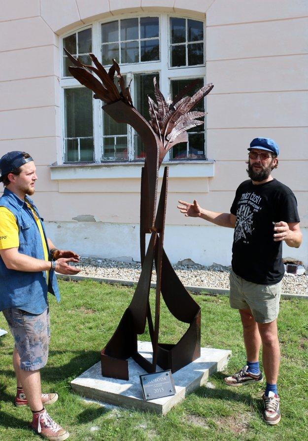 Autori plastiky Sloboda Jakub Cmarko (vľavo) a Jozef Uhrecký.