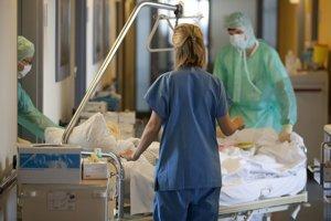 Lekári jej pred začiatkom liečby odobrali pravý vaječník a zmrazili časti tkaniva. Pacientka mala vtedy 13 rokov a 11 mesiacov.