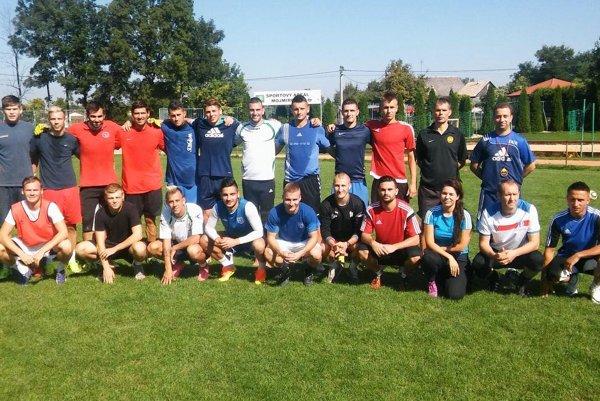 Členovia výberu ZsFZ na snímke počas tréningu v Mojmírovciach pri Nitre.